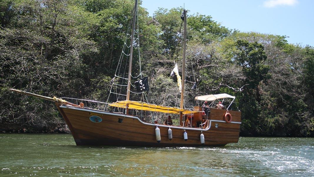palmier-tour-agence-de-voyages-L'île-aux-Cerfs-en-bateau-pirate-3